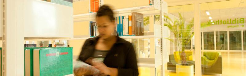 Eine schwarze Frau in der Bibliothek